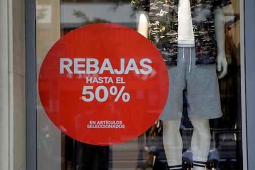 Escaparate de una tienda con rebajas de verano en Madrid.