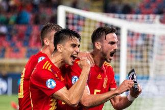 Fabián, a la derecha, celebra el gol marcado ante Polonia.
