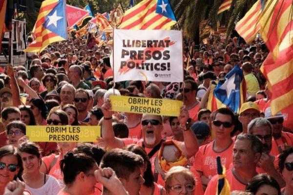 Manifestantes con 'estelades' durante la Diada de 2018 en Glòries
