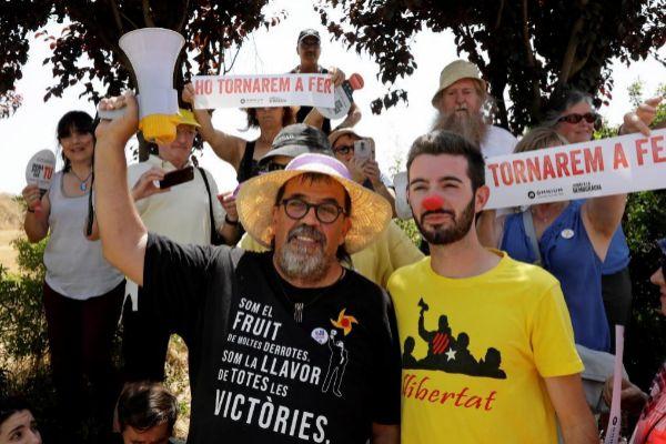 """GRAFCAT1375. SANT JOAN DE VILATORRADA (BARCELONA).- Los activistas Jordi Pessarodona (i) y Joan Porras, conocido como """"Joan Bona Nit"""" (d) esperan, junto a otros simpatizantes independentistas la llegada a la prisión de <HIT>Lledoners</HIT>, en la que permanecerán ingresados a la espera de la sentencia del Supremo de los siete políticos varones en prisión preventiva."""