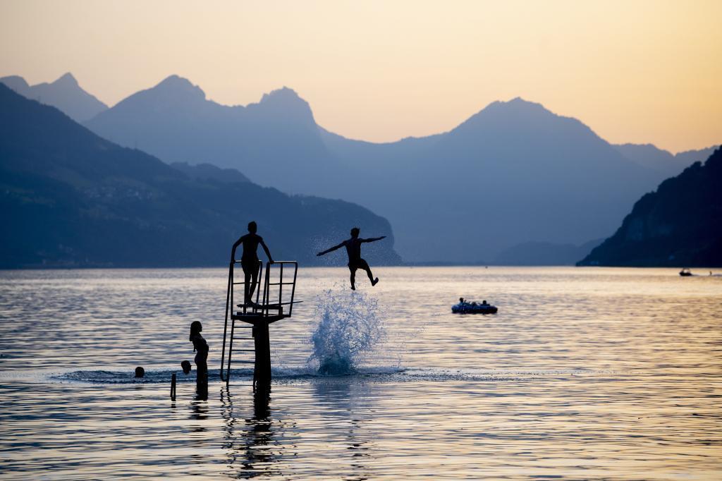 Varios jóvenes se dan un chapuzón en el lago Walensee este martes, en Walenstadt (Suiza). El país se enfrenta a una ola de calor con temperaturas de hasta 39 grados.
