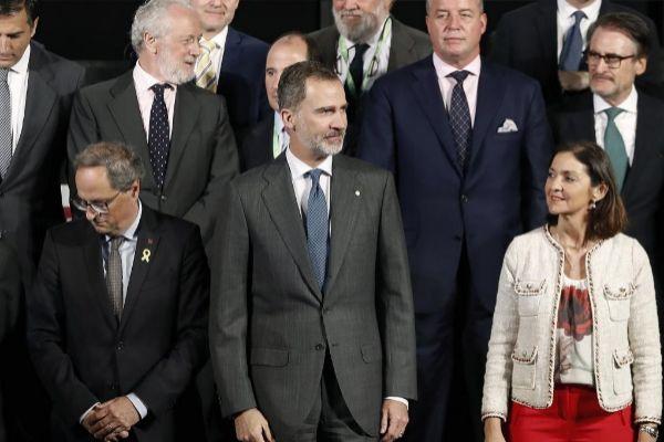 El Rey Felipe VI; el presidente de la Generalitat, Quim Torra (i), y la ministra de Industria en funciones, Reyes Maroto (d) durante la inauguración de la edición del centenario del Automobile Barcelona, el pasado mayo en Barcelona.