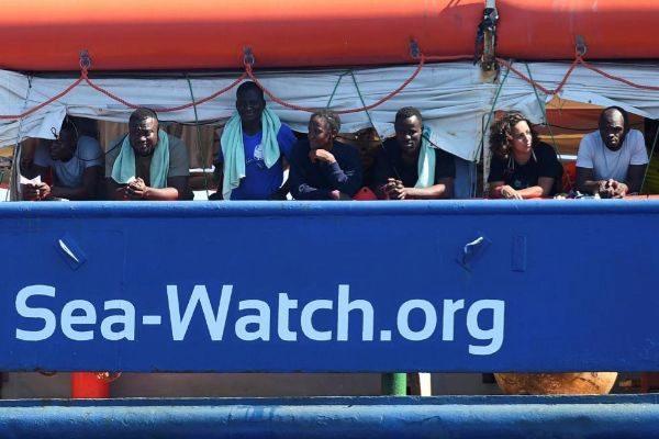 Migrantes en el barco de rescate 'Sea Watch 3', cerca de la isla de Lampedusa.