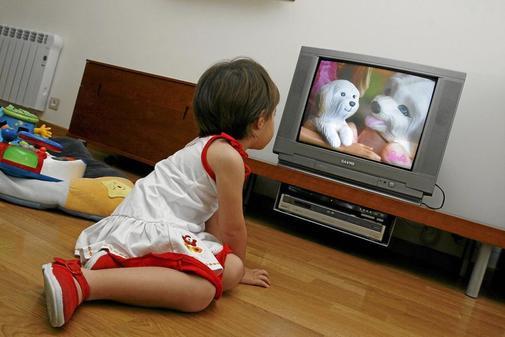 Una niña ve la televisión.