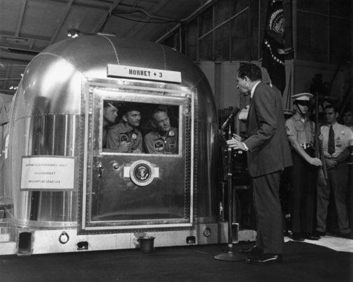 Richard Nixon se dirige a Neil Armstrong, Michael Collins y Edwin...