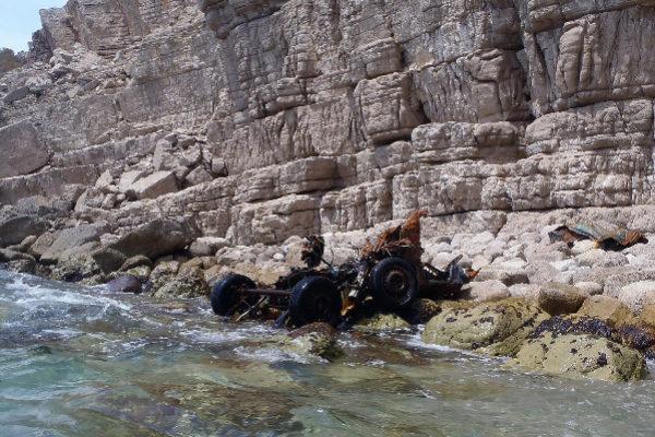 Los restos del vehículo siguen en un acantilado de la Serra d'Irta.