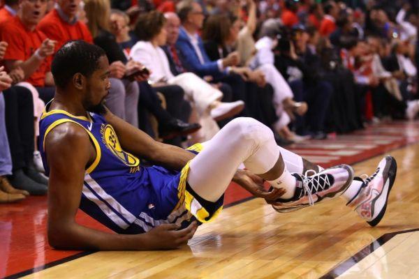 Durant, tras su lesión en el quinto partido de las Finales.