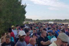 Imagen tomada durante la concentración celebrada el lunes en contra del cierre de los pozos.