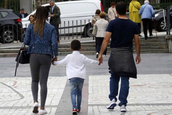 Una familia pasea en Oviedo, Asturias.