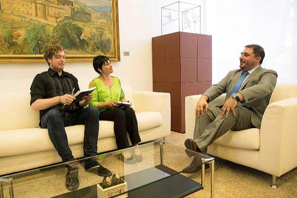 Maiorga Ramírez y Laura Aznal de EH Bildu conversan Unai Hualde (PNV)...
