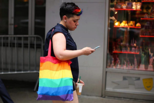 ACOMPAÑA CRÓNICA: <HIT>ORGULLO</HIT> 2019 - MIA49. NUEVA YORK (NY, EEUU).- Una mujer camina con una bolsa con los colores de la comunidad LGBTI este lunes en Times Square, en Nueva York (Estados Unidos). Con banderas arcoíris ondeando desde hoteles, de edificios de oficinas, casas particulares o incluso las pantallas icónicas de Times Square, Nueva York refuerza su papel como meca global del turismo LGBTI, esperando cuatro millones de visitantes del colectivo solo durante los festejos del WorldPride.