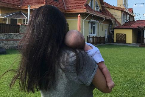 La española Beatriz con su hijo en brazos, nacido de un vientre de alquiler en Ucrania.