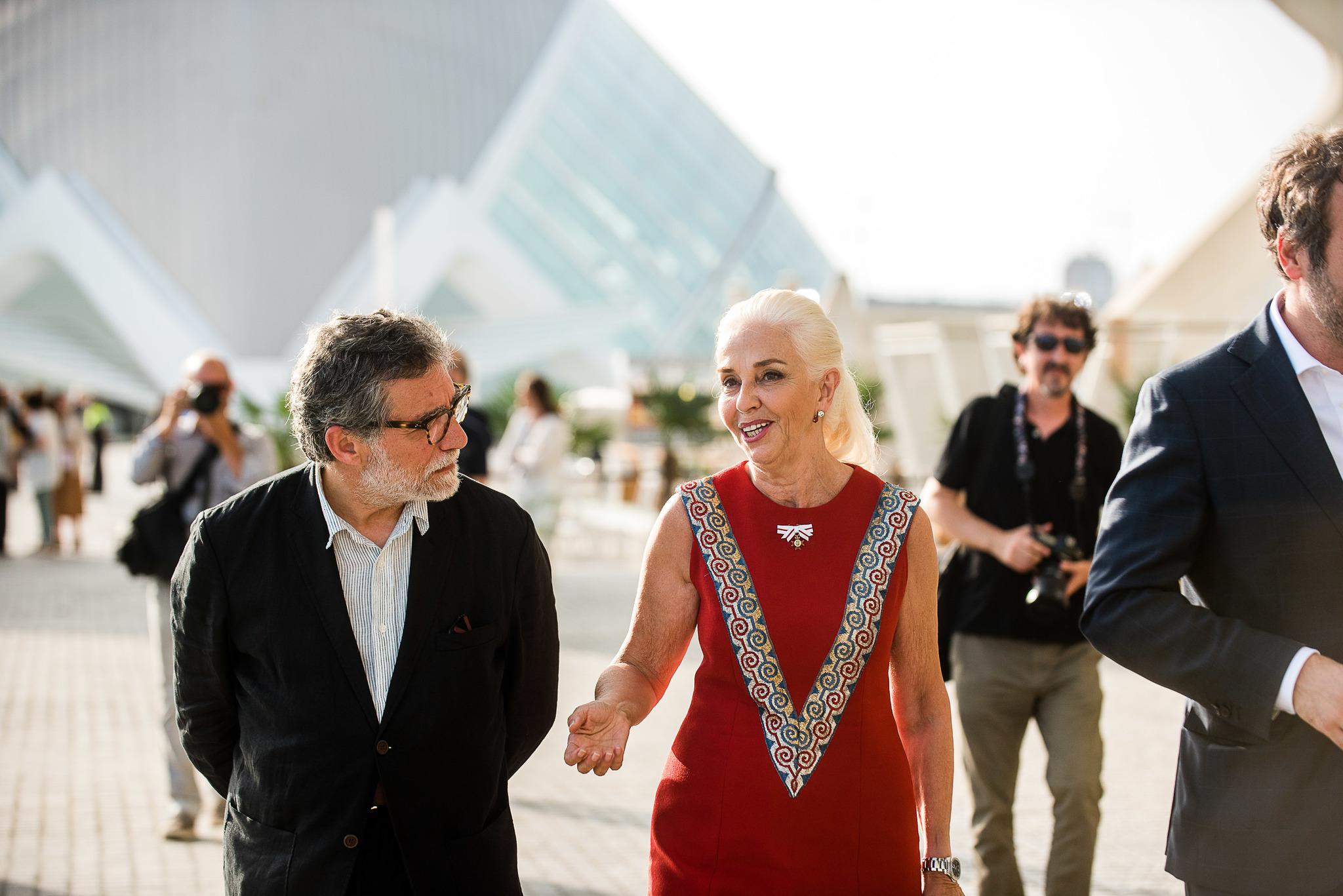 El artista catalán junto a Hortensia Herrero, presidenta de la Fundación que lleva su nombre y que ha traído todas las obras a al lago sur de la Ciudad de las Artes y las Ciencias de Valencia.