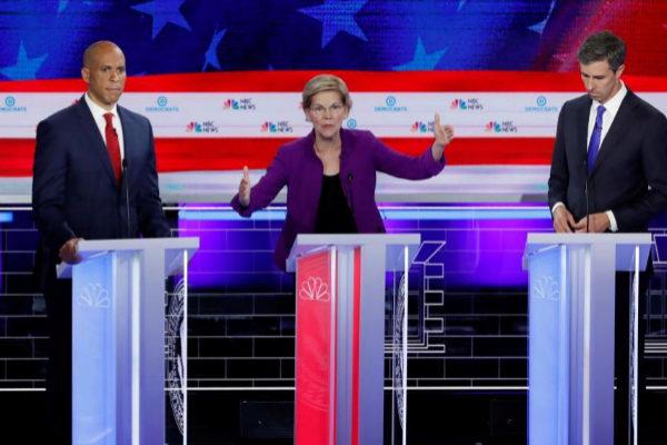 La senadora Elizabeth Warren, junto al senador Cory Booker (a la izquierda) y el ex congresista Beto O'Rourke.