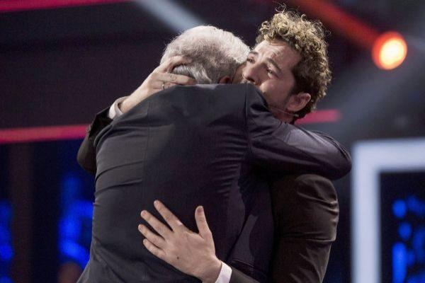 El abrazo de Juan Mena y David Bisbal entre lágrimas en la final de...
