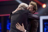 El abrazo de Juan Mena y David Bisbal entre lágrimas en la final de La Voz Senior en Antena 3