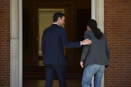 Pedro Sánchez y Pablo Iglesias se dirigen a una reunión en La Moncloa el pasado mayo.