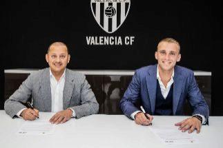 Cillessen, junto al presidente del Valencia, Anil Murthy, en el momento de firmar su nuevo contrato con el club de Mestalla.