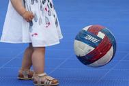 Una niña juega con un balón en La Havre (Francia).