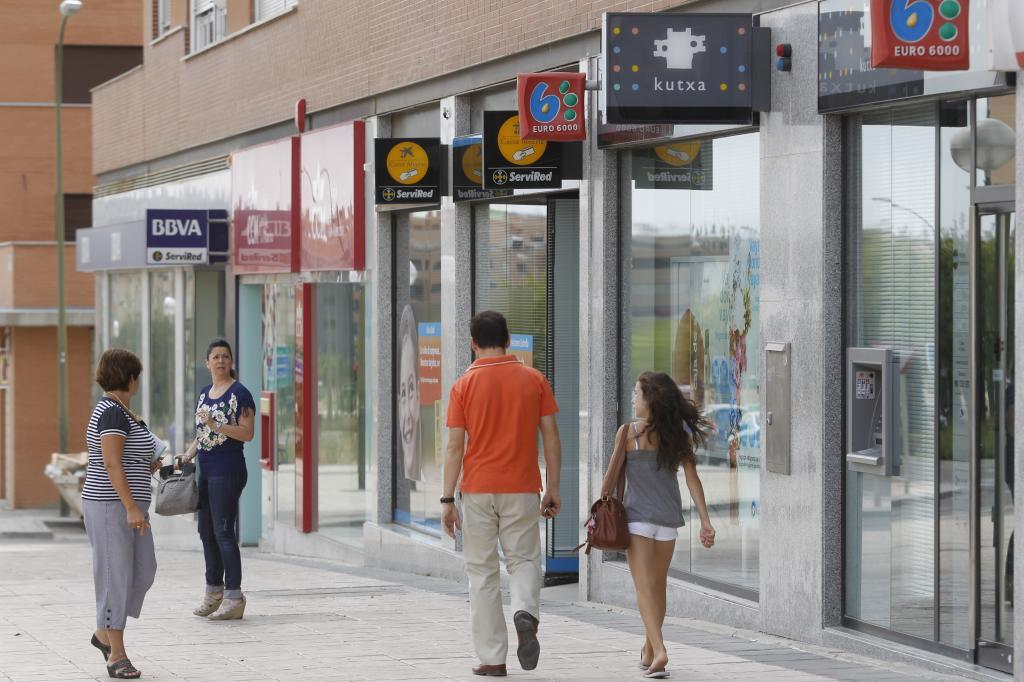 Hipotecas y fachadas de bancos en Madrid.