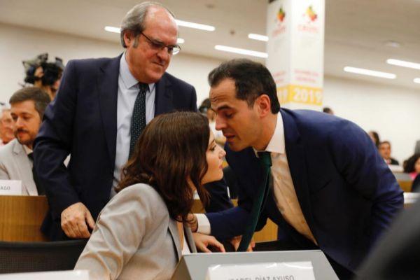 Ayuso (PP) y Aguado (Cs) se saludan en presencia de Gabilondo (PSOE).