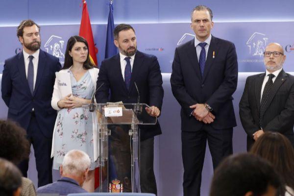 Santiago Abascal, en rueda de prensa, acompañado por Iván Espinosa, Macarena Olona, Javier Ortega y Francisco José Alcaraz.