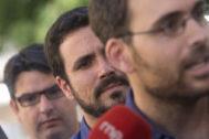 Toni Valero, en primer plano, con Alberto Garzón a sus espaldas, durante un acto político en Córdoba.