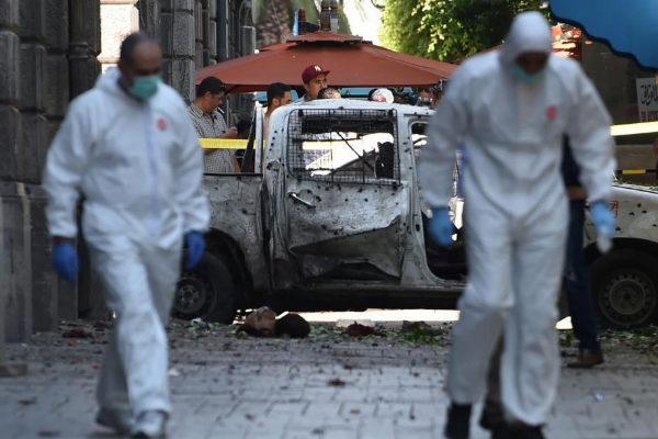 Varios forenses trabajan en la escena de uno de los atentados terroristas en Túnez.