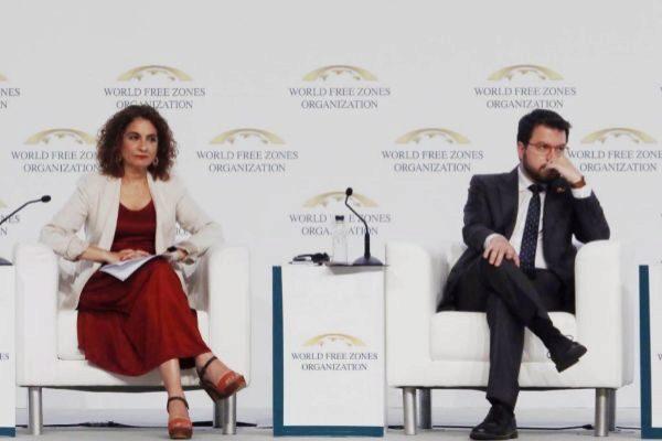 La ministra de Hacienda en funciones, María Jesús Montero, con el vicepresidente de la Generalitat, Pere Aragonès, en el Congreso Mundial de Zonas Francas, celebrado este jueves en Barcelona.