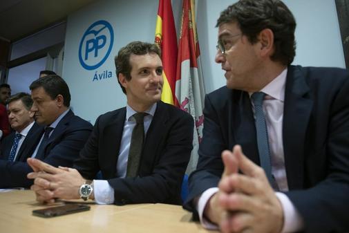 Pablo Casado y Alfonso Fernández Mañueco, en una reunión del PP en Ávila.
