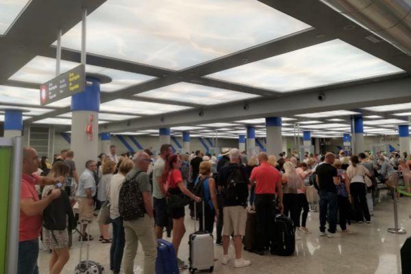 Control donde un guardia civil retuvo a una empleada del aeropuerto de...
