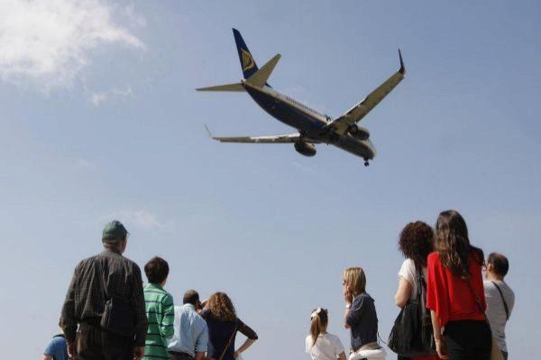 Un grupo de personas en el balcón-mirador en la zona de aterrizaje del aeropuerto de Barcelona.