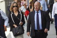 El asesor jurídico del PP, Alberto Duran Ruiz de Huidobro, y la tesorera del partido, Carmen Navarro, a la entrada del juzgado