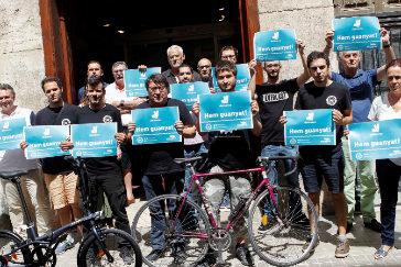 """Miembros de los colectivos """"Riders x Drets"""" celebran la sentencia que les da la razón frente a la empresa."""