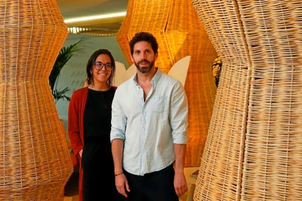 Cristina Imaz, directora del Hotel ME Sitges Terramar, que acogerá la Mercantil del Diseño el próximo fin de semana, junto al diseñador extremeño Javier Sánchez Medina.