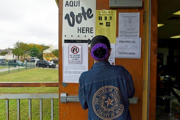Una mujer supervisa las listas en un colegio electoral, en Texas.