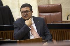 El presidente del grupo parlamentario de Vox, Francisco Serrano, en su escaño.
