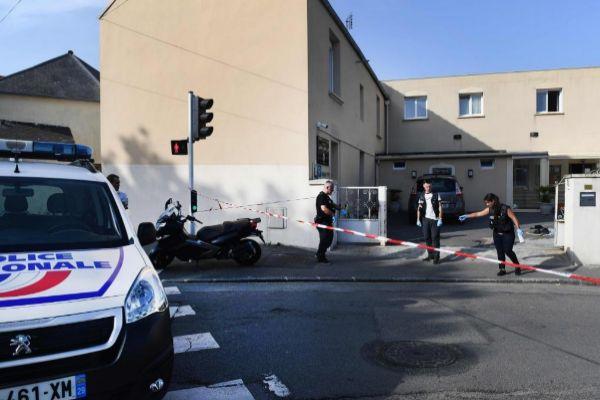 La policía investiga el lugar del tiroteo frente a una mezquita en Brest, Francia.