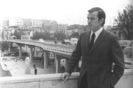 Para la edición del libro han recuperado imágenes inéditas del archivo personal del escritor, como esta imagen de 1972, cuando ganó con 'Mañana' el premio Arniches.