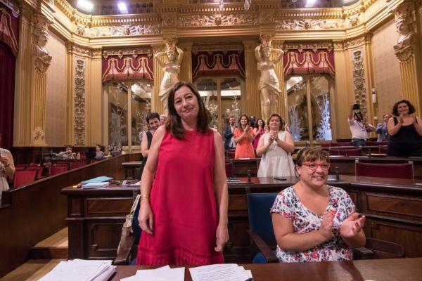 Francina Armengol con Bel Busquets, de Més, tras ser elegida presidenta del Govern balear.