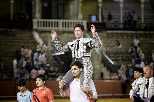 Rafael González, a hombros.