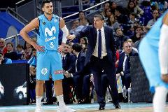 El entrenador del Movistar Estudiantes, Josep Maria Berrocal, da instrucciones a Alessandro Gentile.
