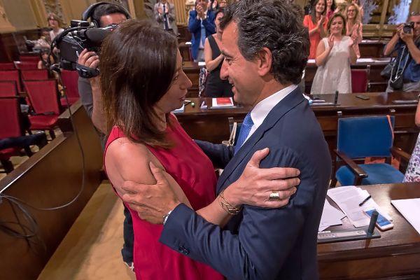 La ya presidenta del Govern, Francina Armengol, saluda al líder de la oposición, Biel Company (PP), tras la votación.