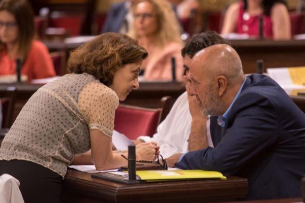 Fina Santiago y Miquel Ensenyat, ayer, en el Parlament.