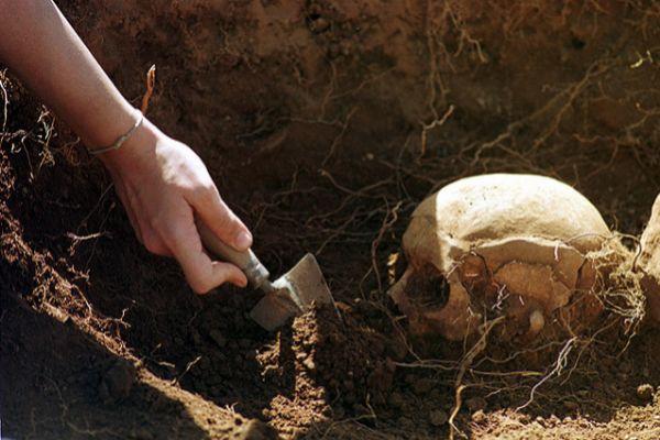 Restos en la exhumación de Piedrafita.