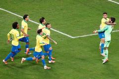 CAF19235. PORTO ALEGRE (<HIT>BRASIL</HIT>).- Gabriel Jesús (2-i) y Alisson de <HIT>Brasil</HIT> celebran al ganar el partido <HIT>Brasil</HIT>-Paraguay de cuartos de final de la Copa América de Fútbol 2019, en el Estadio Arena do Grêmio de Porto Alegre, <HIT>Brasil</HIT>, hoy 27 de junio de 2019.