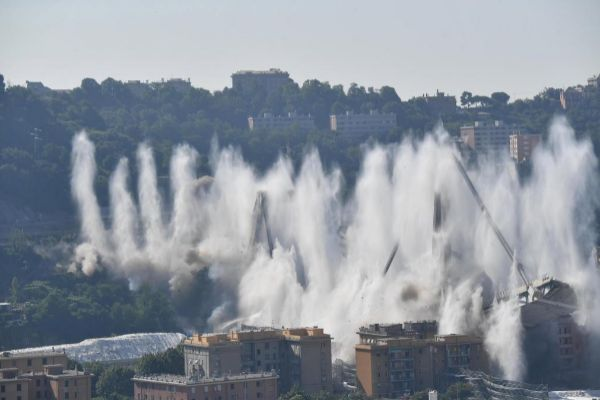 Demolición del puente Morandi en Génova, Italia, este viernes.