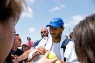 GRAF1673. CALVIÁ (MALLORCA).- El tenista español Rafael <HIT>Nadal</HIT> tras su entrenamiento en las pistas de hierba natural del Country Club de Santa Ponsa, sede del torneo femenino Mallorca Open, como preparación para competir en Wimbledon, tercer Grand Slam de la temporada.