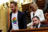 Arnau Ramírez, con una camiseta de Casper Gay, pasa junto al líder de Vox, Santiago Abascal
