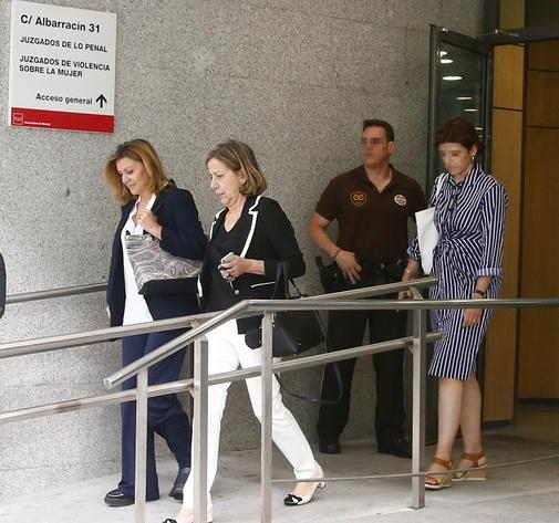 La tesorera del PP, Carmen Navarro, a su salida de los juzgados en compañía de María Dolores de Cospedal.